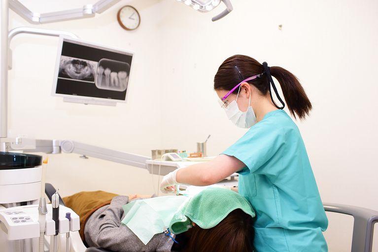 プロの歯科衛生士によるクリーニングと定期検診